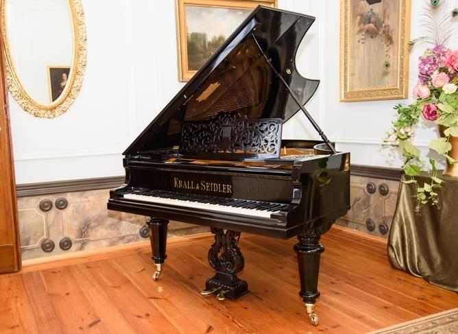 Muzyka grana na odrestaurowanym fortepianie