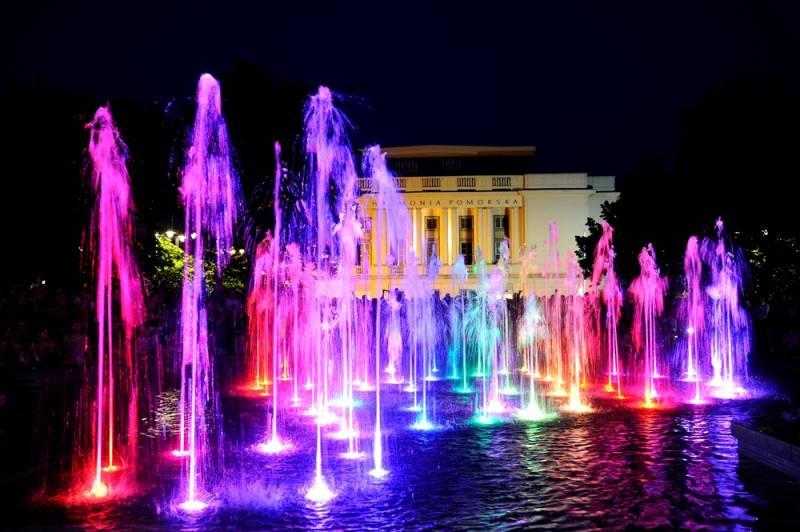 Z Paderewskim przy fontannie